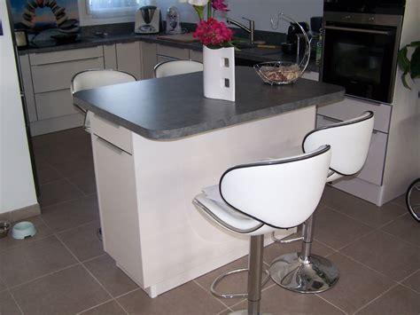 cuisine rectangulaire cuisine cuisine taupe et bois finition brillante pour une