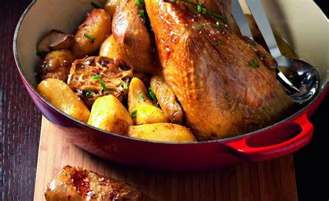 cuisiner la pintade cuisiner une pintade pintade au four et pommes de terre