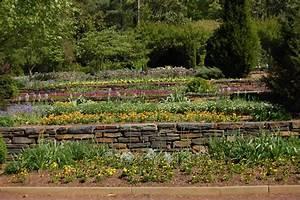 Amenager un jardin en terrasse en pente marie claire for Jardin en pente terrasse