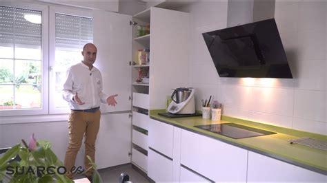 cocina blanca de    dos frentes rectos sin