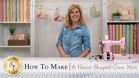 Country Kitchen Heart Shaped Oven Mitt   a Shabby Fabrics