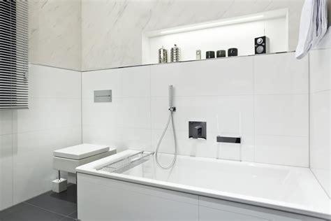 Badezimmer Fliesen Konfigurator by Badezimmer Wei 223 Badewanne Armatur Wc 2 Nowak Gmbh