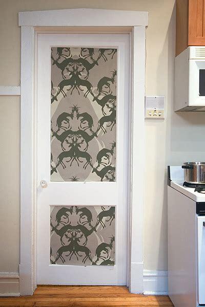 decora las puertas  papel pintado