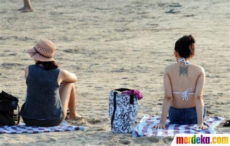 Wanita Jepang Menyusui Bayi Foto Mengintip Kegiatan Para Turis Asing Berjemur Di Pantai Kuta Merdeka Com