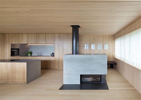 Kamin Mit Holz by Schlichte Holz K 252 Che Mit Kochinsel In Modernem Design