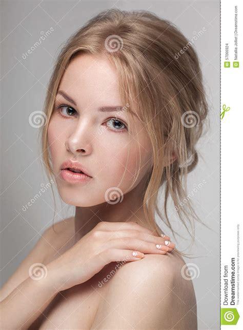 De Natuurlijke Verse Zuivere Close Up Van Het Schoonheidsportret Van Een Jong Aantrekkelijk