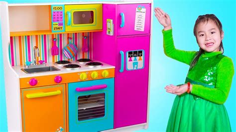Jannie Pretend Play Cooking Food Challenges With Giant