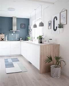 kitchen cuisine blanc bleu bois hotte intox tapis plante With meuble bar pour cuisine ouverte 7 cuisine noire et bois un espace moderne et intrigant