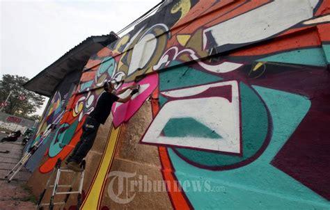 Grafiti Bandung : Graffiti Artist Asal Jepang Suiko Melukis Mural Di Bandung