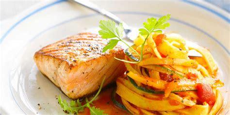 cuisiner un pavé de saumon pavé de saumon grillé et tagliatelles facile recette