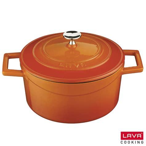 cuisiner avec une cocotte en fonte cocotte orange ronde en fonte émaillée avec couvercle