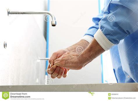 mains de lavage de chirurgien photo stock image 60365816