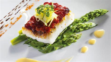 dressage en cuisine pavé de turbot en écailles de chorizo légumes primeurs et