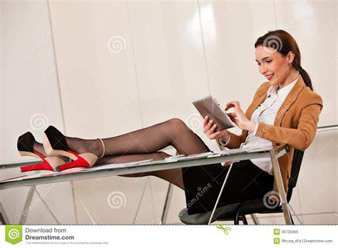 sur le bureau femme d 39 affaires tenant des jambes sur le bureau image