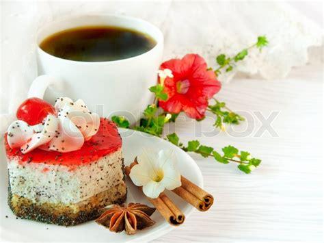 die franzoesisch fruehstueck auf lacy servietten kaffee und