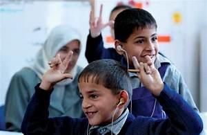 sign language: deaf Palestinian students -- Kids ...