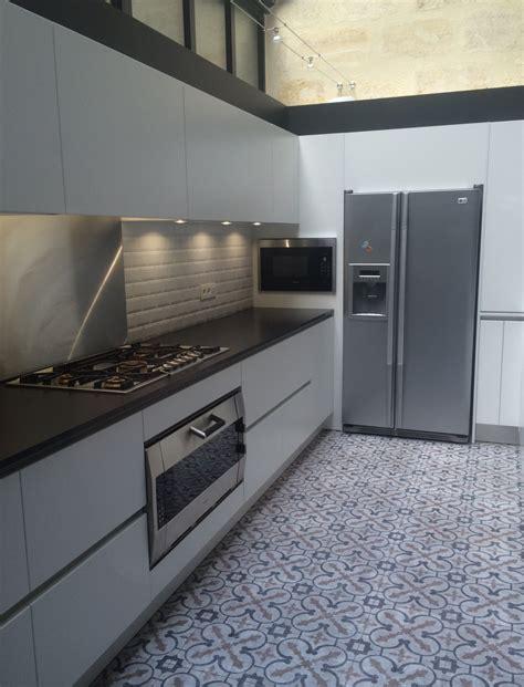 plan de travail cuisine granit noir cuisine coloris blanc mat et plan de travail granit noir bordeaux cuisine