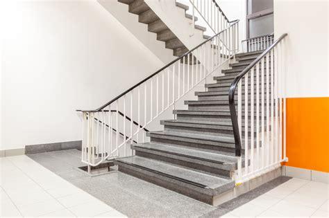 badezimmer erneuern treppengeländer verkleiden diese materialien bieten sich an