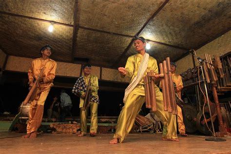 Kendang merupakan alat musik tradisional berasal dari sunda namun ada beberapa yang mengatakan dari jawa timur. Calung Sunda, Seni Musik
