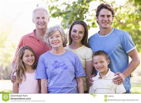 Familia Extensa Que Se Coloca En La Sonrisa Del Parque