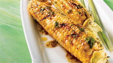 cuisiner des epis de mais épis de maïs sur le barbecue beurre à la mexicaine