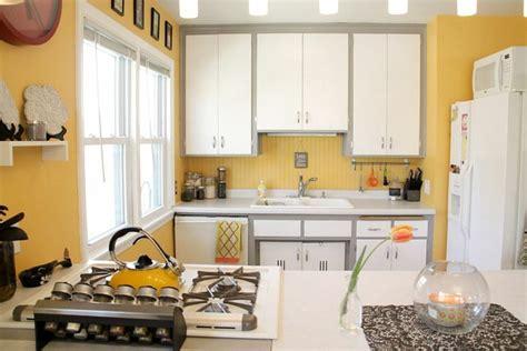 cuisine gris jaune idée déco cuisine une déco cuisine moderne en jaune et gris