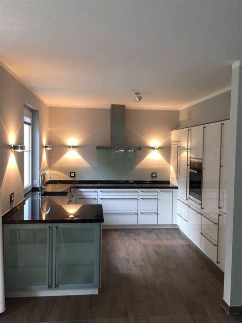 Küche Uform, Front Hochglanz, Arbeitsplatte Granit