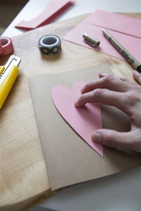 Mātes dienas pastkarte ar rokām no papīra un kartona ...