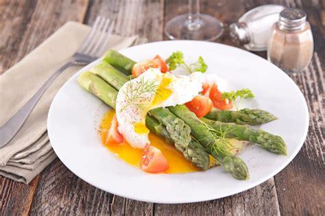 cuisine asperges vertes recette asperges vertes aux œufs mollets