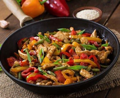 cuisine filet de poulet sauté de poulet et petits légumes au wok recette de