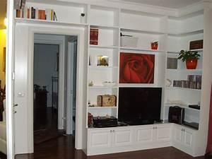 libreria in legno laccata ad angolo con televisore e