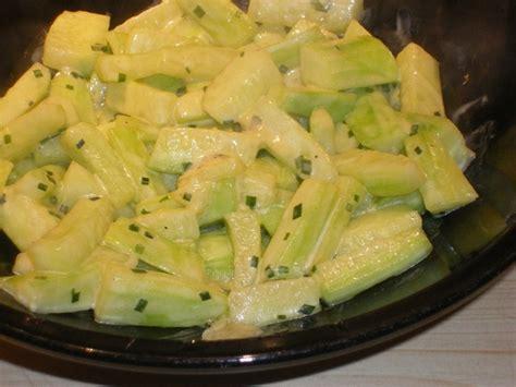 cuisiner le concombre recette de concombre sauté à la ciboulette la recette facile