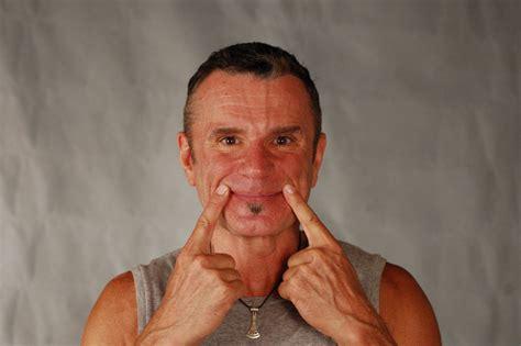 ejercicios faciales  lucir hasta tres anos mas joven