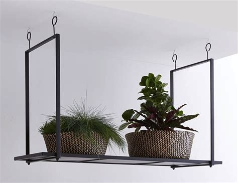 accessoire de cuisine une étagère métal suspendue au plafond dans la cuisine