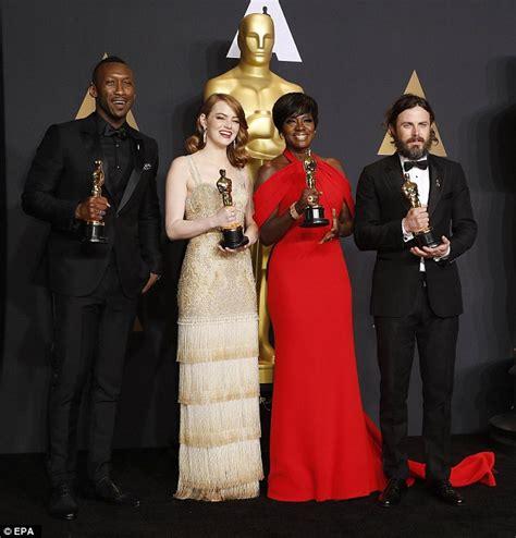 Oscar Winners Emma Stone Casey Affleck Pose With Gongs