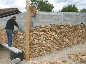 Comment Poser Une Baignoire Contre Un Mur by L Habillage Des Parpaings Suite Maison Travaux