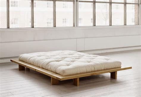 canapé lit japonais lit zén en bois à pans larges pour une ambiance japonaise