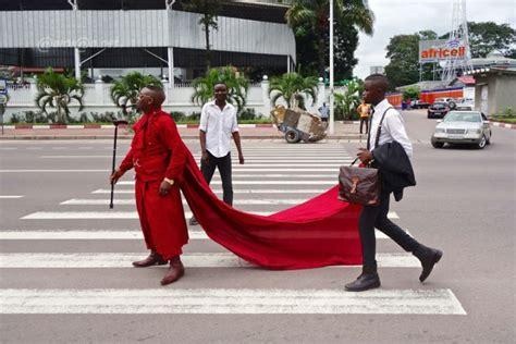 Congo Kinshasa: les Sapeurs rendent hommage au Roi Papa ...