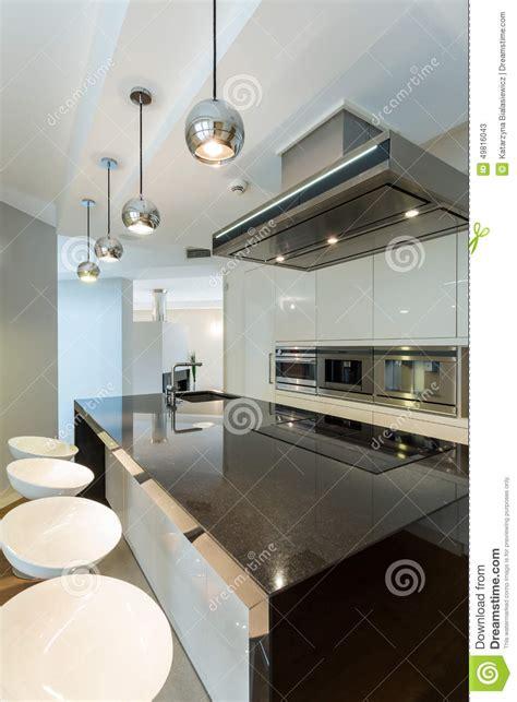 cuisine lumiere cuisine de lumière blanche en appartement photo stock