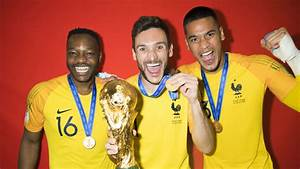 France celebrate with the Trophy - FIFA.com