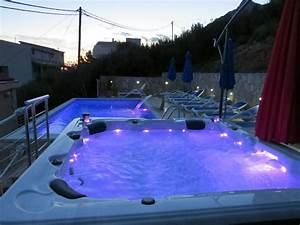 Villa dusanka mitteldalmatien pisak firma luxus villa for Whirlpool garten mit rollrasen balkon katze