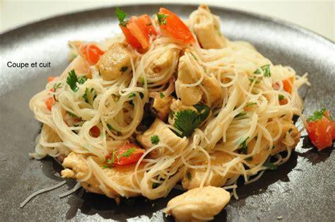 cuisiner vermicelle de riz salade thaï poulet et vermicelles de riz coupe et cuit