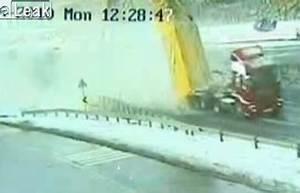 Vitesse Mini Sur Autoroute : vid o un routier oublie de redescendre sa benne et arrache un pont sur l 39 autoroute ~ Dode.kayakingforconservation.com Idées de Décoration