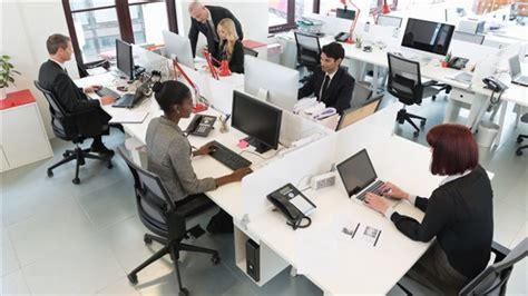 travail dans un bureau les canadiens heureux au travail selon un sondage ici