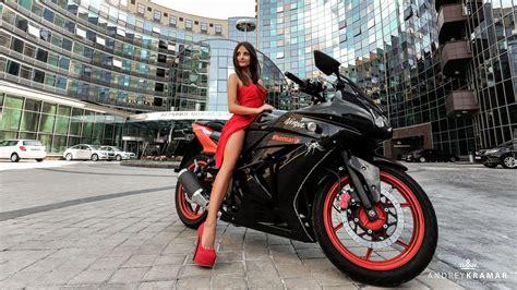 Kobieta W Czerwonej Sukience Na Motocyklu Kawasaki Ninja