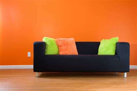 sofa verde y naranja c 243 mo combinar un sof 225 negro hogarmania