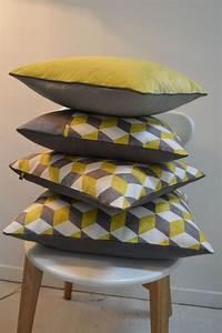 coussin d39esprit vintage motif cubique jaune et gris With tapis de couloir avec canapé scandinave jaune moutarde