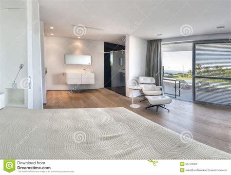 salle de bain dans chambre à coucher chambre à coucher blanche moderne avec la salle de bains