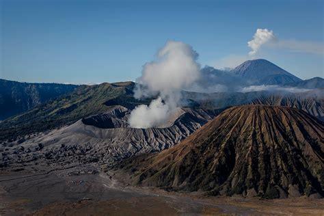 Перевод слова mount, американское и британское произношение, транскрипция, словосочетания, однокоренные слова, примеры использования. Indonesia: Hindus Throw Live Animals into Crater of Mount Bromo Volcano for Gods