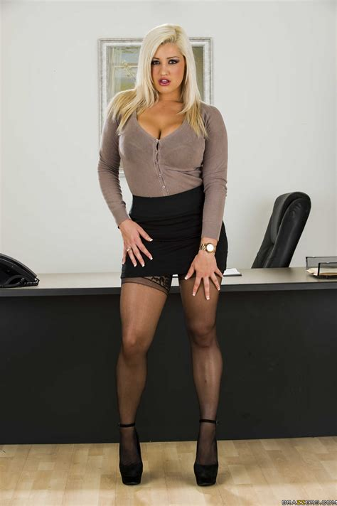 Super Curvy Blonde Milf Dayna Vendetta Surprises Us With